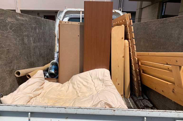 ベッドフレームと本棚を回収