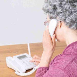 電話をかけるご婦人