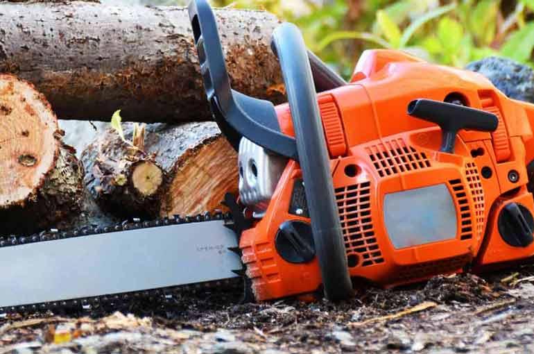 伐採、剪定に便利なチェーンソー