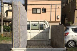軽トラックにダブルサイズのベッドマットレスを積載(後ろから撮影)