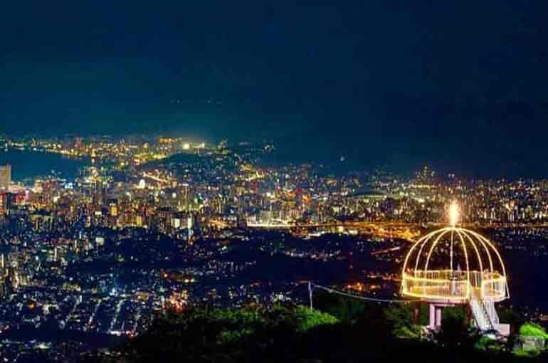 皿倉山頂付近から眺める八幡東区の夜景