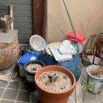 玄関前に放置された火鉢や水瓶、植木鉢